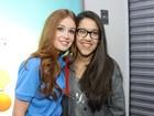 Caio Castro e Marina Ruy Barbosa tiram fotos com fãs em loja