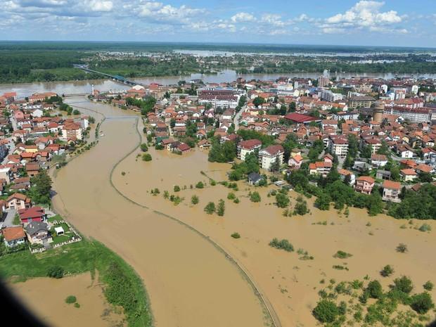 Foto, tirada no domingo e divulgada nesta segunda-feira (19) pelo Exército da Bósnia, mostra cidade de Brcko inundada (Foto: AP)