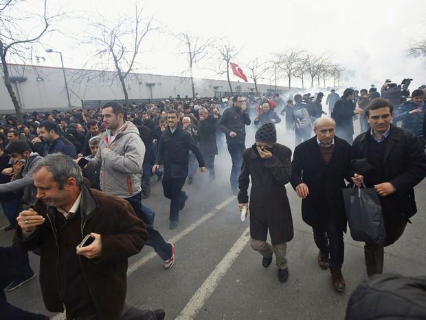 Manifestantes que apoiam o jornal 'Zaman' foram dispersados pela polícia turca com gás lascrimogênio (Foto: Osman Orsal/Reuters)