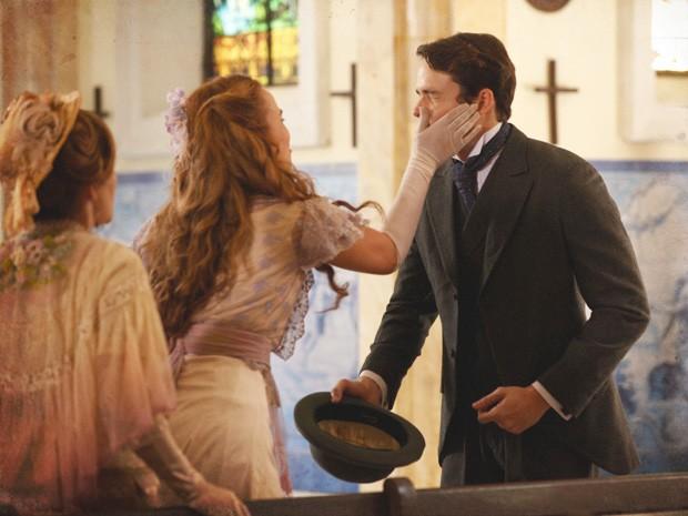 Alice reage à confissão de Teodoro e dá uma bofetada na cara dele (Foto: Lado a Lado / TV Globo)