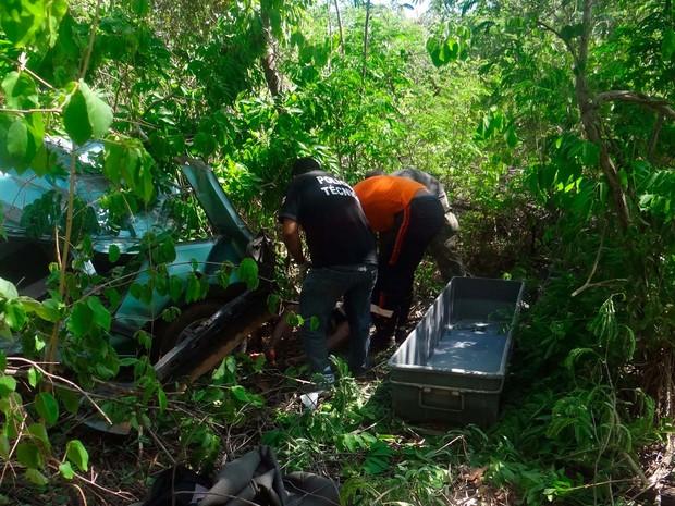 Agentes da Polícia Técnica e do Samu em atendimento no acidente na BR-135, em Barreiras  (Foto: Blog do Sigi Vilares)