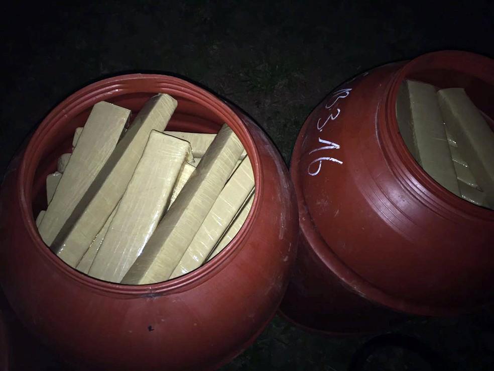 Droga apreendida em Alfenas, MG, estava em tonéis escondidos em porão de sítio (Foto: Polícia Civil)