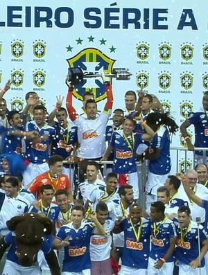 Cruzeiro levanta a taça (Foto: Reprodução / TV Globo Minas)