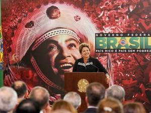 Dilma Rousseff homenageia artistas durante cerimônia de entrega da Ordem do Mérito Cultural (Foto: Roberto Stuckert Filho/PR)