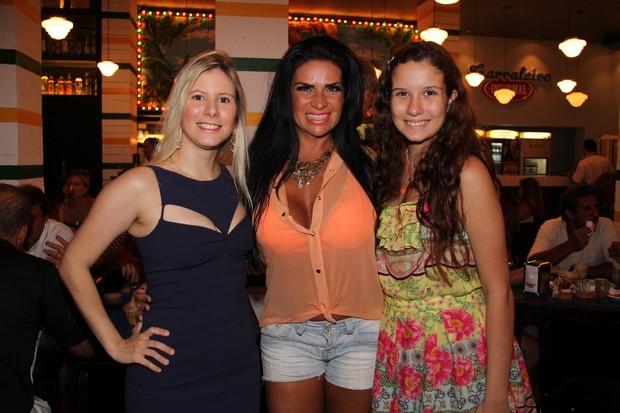 Solange Gomes com a filha Sthefany e Evelyn Montesano em restaurante no Rio (Foto: Ricardo Schneider/ Agência Infoco News)