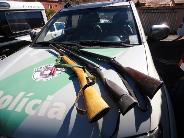 Três espingardas foram apreendidas. (Foto: Divulgação / Polícia Ambiental)