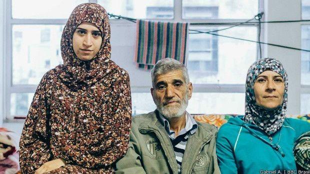 """""""Todos os lugares na Síria estão em guerra"""", diz Amina, à esquerda; ainda assim, jovem quer voltar ao país  (Foto: BBC)"""
