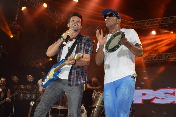 Alexandre Peixe e Márcio Vitor no ensaio do Psirico em Salvador, na Bahia (Foto: Fred Pontes/ Divulgação)