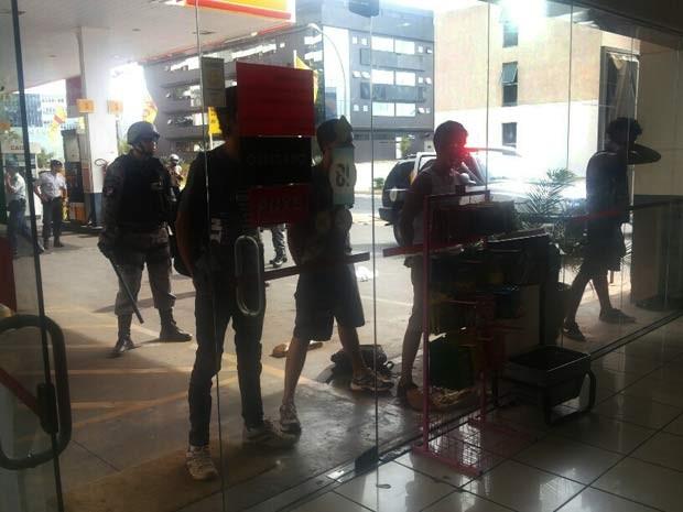 Jovens detidos durante abordagem de policiais (Foto: Isabella Formiga / G1)