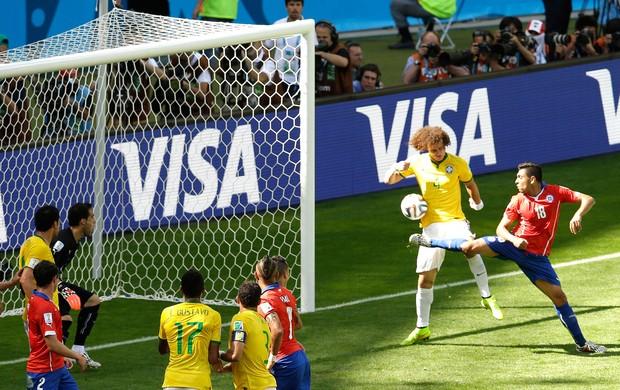 David Luiz Gol Brasil e Chile (Foto: Agência AP)