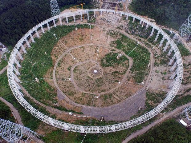 Estrutura do que será a abertura de 500 metros de diâmetro de um telescópio gigante é visto em construção em Pingtang, na província de Guizhou, China. Conhecido pela sigla Fast, ele será o maior radiotelescópio do mundo; a inauguração debe ocorrer em 2016 (Foto: Reuters/Stringer)