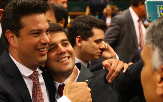 O deputado federal Leonardo Picciani (PMDB-RJ) comemora vitória no Congresso. Ele foi eleito líder do PMDB na Câmara (Foto: Aílton de Freitas/ Agência Oglobo)