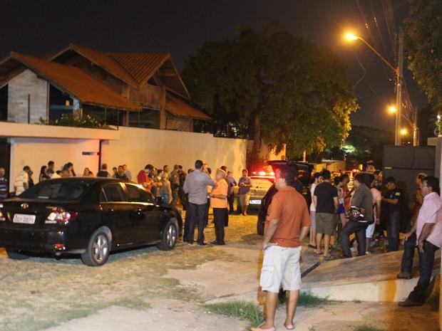 Movimentação na Rua Raimundo Portela na noite de sexta-feira (6) (Foto: Ellyo Teixeira/G1)