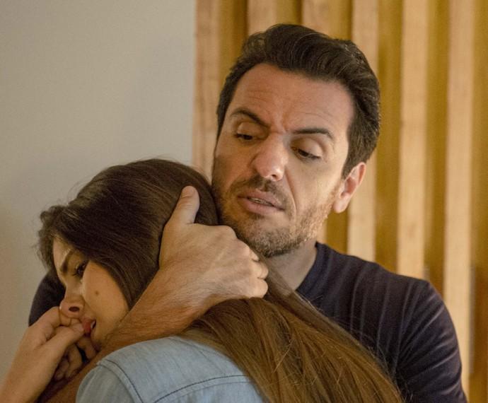 Angel chora nos braços de Alex (Foto: Globo/ Renato Rocha Miranda)