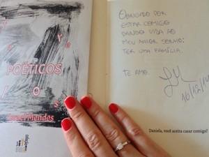 No livro de autoria do namorado, pedido de casamento foi escrito na primeira página (Foto: Arquivo pessoal)