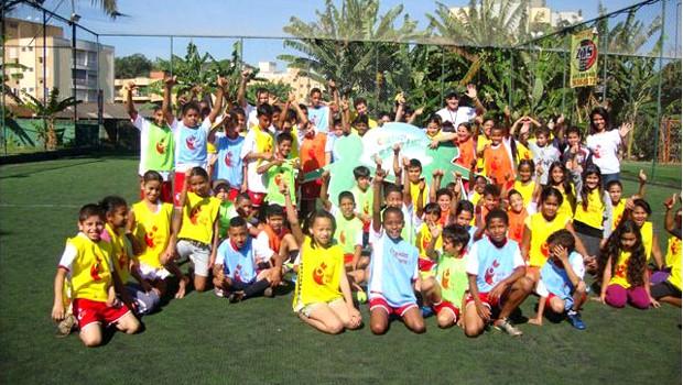 Crianças do projeto 'Bom de Nota, Bom de Bola' (Foto: Associação Pró-Esporte e Cultura)