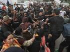 Manifestantes invadem emissoras de TV no Paquistão e deixam um morto