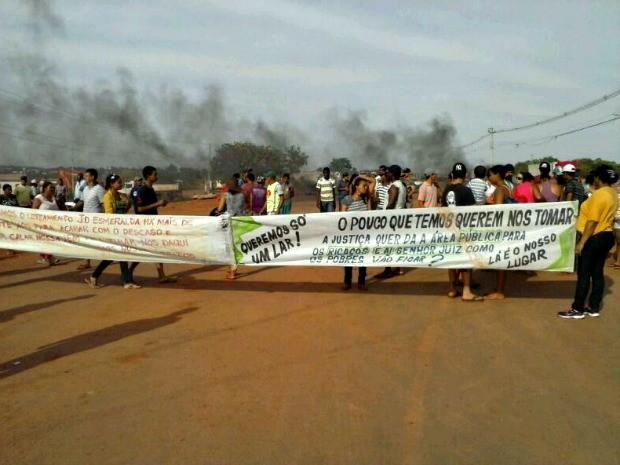 Manifestantes atearam fogo em pneus e bloqueiam rodovia (Foto: Adriano Ferreira/ Centro América FM)