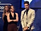 Cauã Reymond recebe prêmio das mãos de Drica Moraes