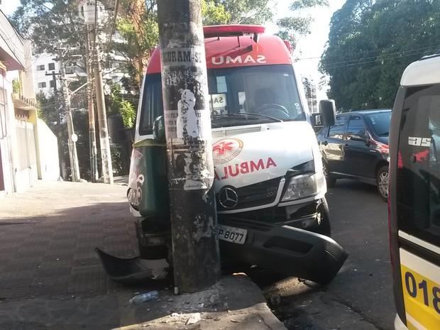 Ambulância do Samu bate em poste na Rua Rodésia nesta quinta-feira (6) (Foto: G1)