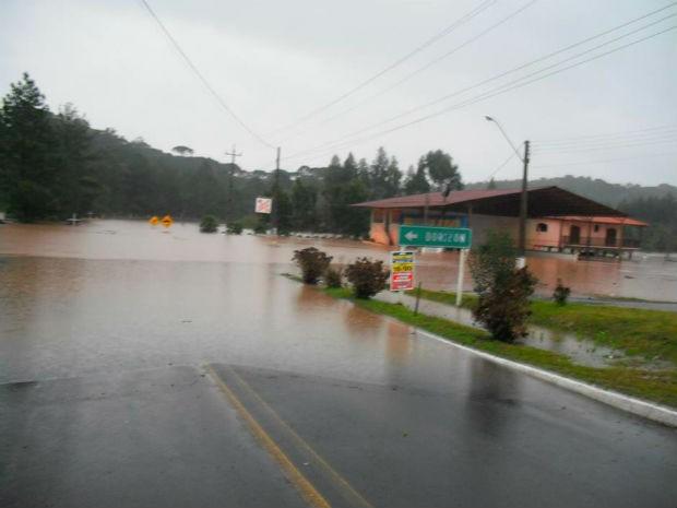 Em Dorizon, a água nas estradas quase encobriu as placas de sinalização no domingo (8) (Foto: Renan Schiliga/ Vc no G1)