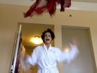 Sônia Braga faz 'ensaio de roupão' antes de premiação em Los Angeles