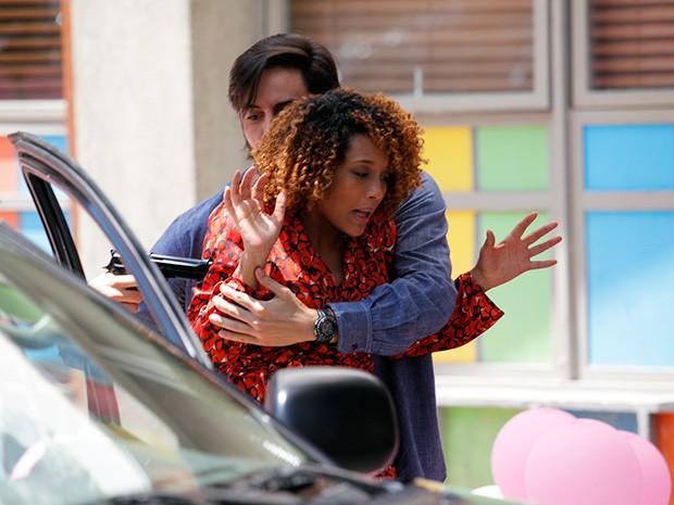 Herval aparece armado e sequestra Verônica (Foto: Raphael Dias/Gshow)