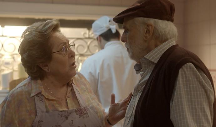 Gaetano fica preocupado com visita inesperada (Foto: TV Globo)
