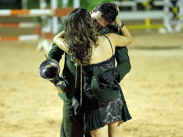 Théo comemora o título aos beijos com Morena (Foto: Salve Jorge/TV Globo)