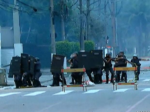Policiais usam escudos e bombas de gás contra manifestantes na USP (Foto: Reprodução/TV Globo)