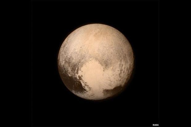 9. A imagem mais detalhada de Plutão foi produzida pela sonda New Horizons. As informações detalham de forma inédita o tamanho e as características do planeta anão. Plutão tem cerca de 80km de diâmetro a mais do que se acreditava, ou seja, equivalente a dois terços do tamanho da Lua (Foto: Nasa)