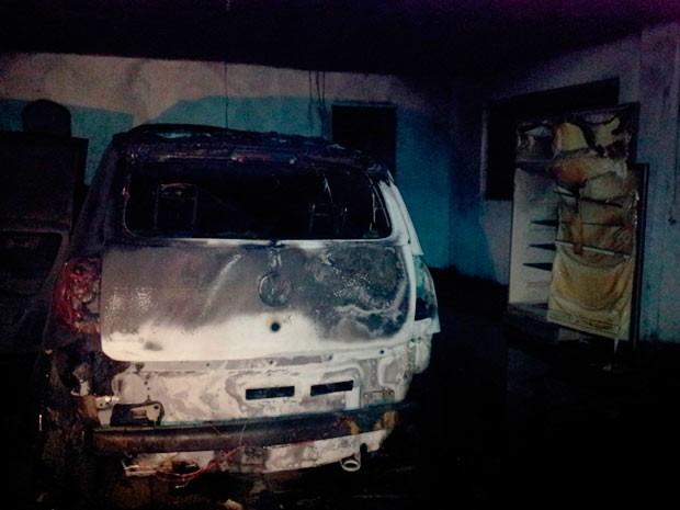 Carro e outros materiais foram queimados pelo fogo na garagem da vítima (Foto: Júlio Cunha Neto/RBS TV)