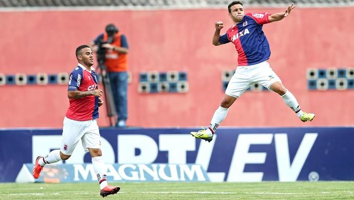 Thiaguinho comemora gol do Parana contra o América-Rn (Foto: Heuler Andrey / Agência estado)