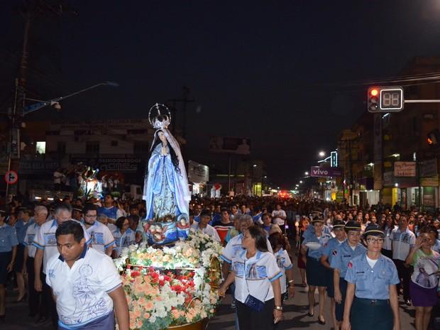 Centenas de fiéis acompanharam a trasladação da imagem da Conceiçã (Foto: Adonias Silva/G1)