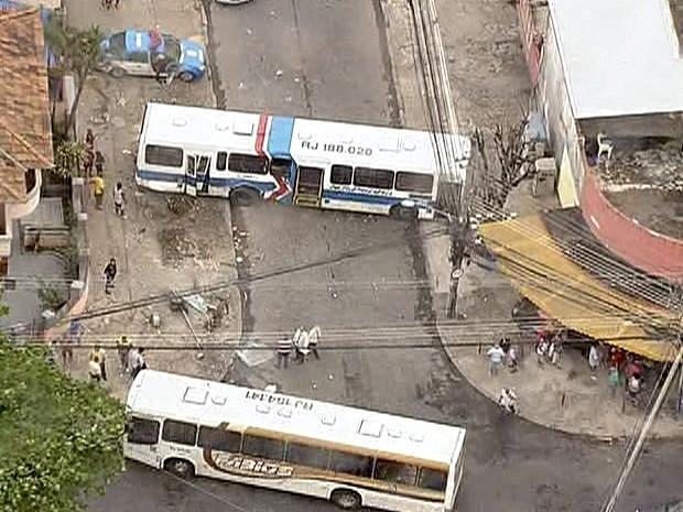 Ônibus colidiram na Rua Guaíba, em Brás de Pina, na altura do número 185 (Foto: Reprodução / TV Globo)
