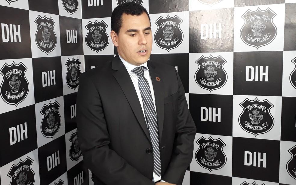 Delegado Marco Aurélio Euzebio disse que adolescente confessou ter mandando matar o pai (Foto: Sílvio Túlio/G1)