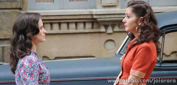 Zefinha tenta negar, mas Amelinha não acredita na prima (Foto: Joia Rara/TV Globo)