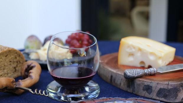 Como montar uma mesa de queijos e vinhos ousada (Foto: Casa Vogue)