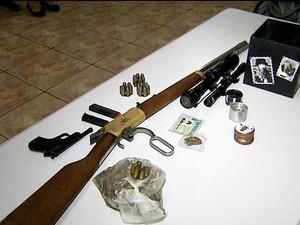 Armas, munição e porção de maconha apreedidos na casa do cantor Hudson, em Limeira (Foto: Reprodução / EPTV)