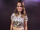 Dois meses após dar à luz, Solange Almeida exibe a barriga em show