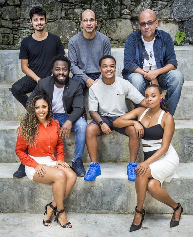 Roberta Rodrigues com o elenco de Cidade dos Homens (Foto: TV Globo/ João Cotta)