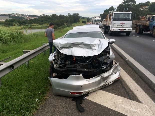 Carro do motorista que bateu no ônibus e acabou atropelado em Valinhos (Foto: Lucas)