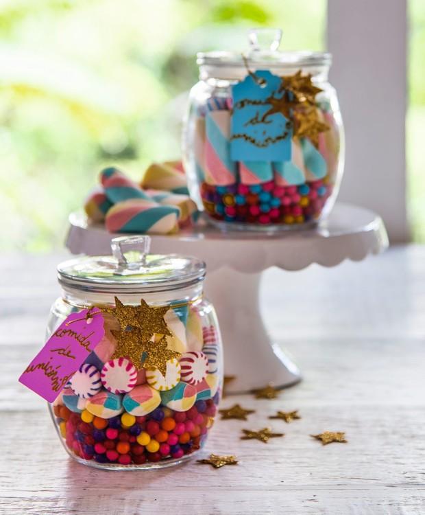 De vez em quando pode! Docinhos multicoloridos para alimentar unicórnios. Potes Camicado, prato ID Rent Design (Foto: Cacá Bratke / Editora Globo)