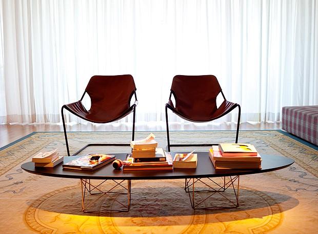 Sobre o tapete Aubusson, da By Kamy, cadeiras Paulistano, de Paulo Mendes da Rocha, da Futon Company. A mesa de centro Eames acomoda livros e, às vezes, os brinquedos de Olívia (Foto: The Selby)