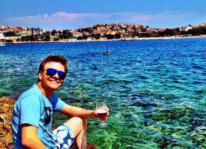 Michel de boas numa praia da Croácia (Foto: Reprodução Internet)