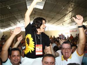 Estelizabel Bezerra foi carregada nos braços durante convenção do partido (Foto: Divulgação/Altair Castro)