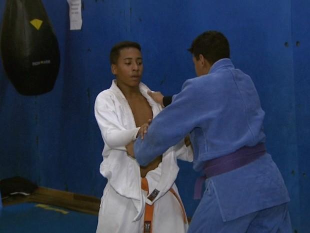 Adolescente pratica judô, em Campinas (Foto: Reprodução / EPTV)