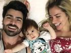 Adriana Sant'Anna posa em família e comemora 8 meses do filho