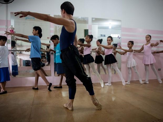 Crianças participam de aula com o primeiro bailarino da São Paulo Companhia de Dança (Foto: Fabio Tito/G1)