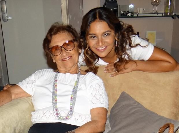 Dira Paes apresenta a mãe, Dona Flor Paes, durante as gravações da novela (Foto: Salve Jorge/TV Globo)